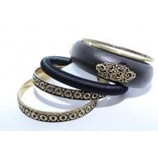 Zwart Met Gouden Armbanden